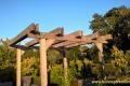Pergola z ławkami z patynowanego drewna